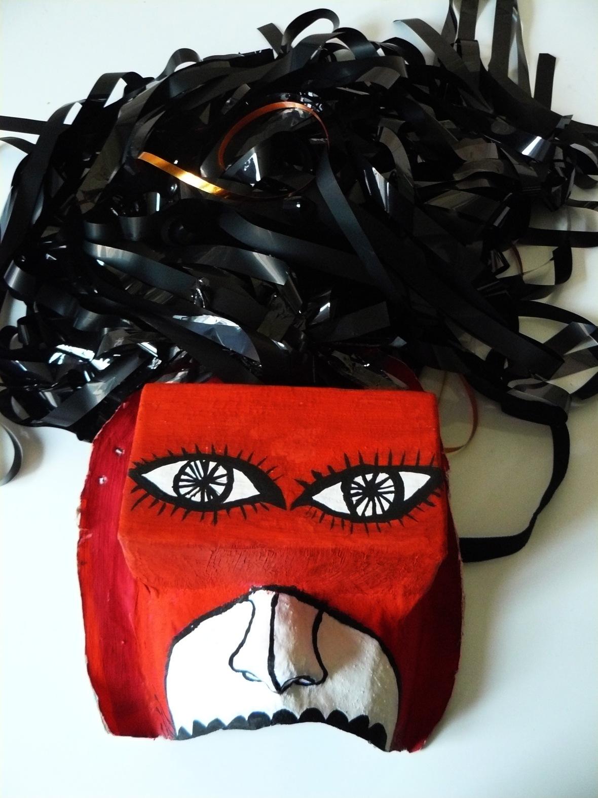 Masque cheveux en fils vhs , gouache, papier mâché ( Ramataupia)