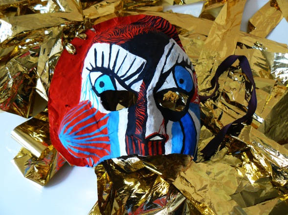 Masque gouache et fil dorés, papier mâché ( Ramataupia )