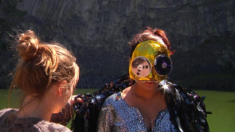 Costume en fils de k7 ( Isabelle Forey/ Ramataupia)  Masque couverture de survie, grelots cousus, système de bobines k7 vhs (Ramataupia)